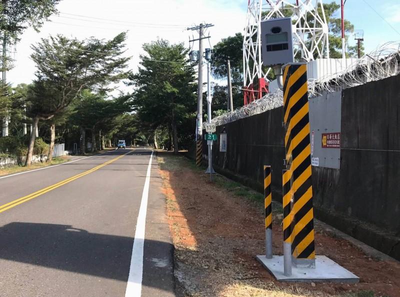 縣道139線八卦山大彰路測速桿去年底設置,該桿可同步自動測速雙向車道汽機車輛。(記者張聰秋翻攝)