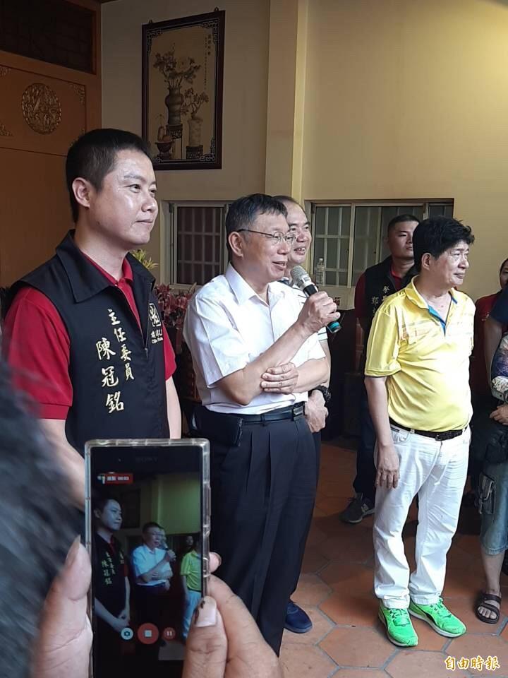 柯文哲旗津天后宮上香祈求台灣風調雨順,但仍不鬆口2020選總統。(記者黃良傑攝)