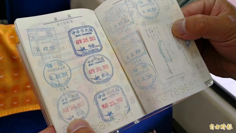 攤開日本鐵道迷藤井英樹的護照,上面蓋滿滿的中華民國出入境戳章,他從2013年起每年都來台灣追火車。(記者花孟璟攝)