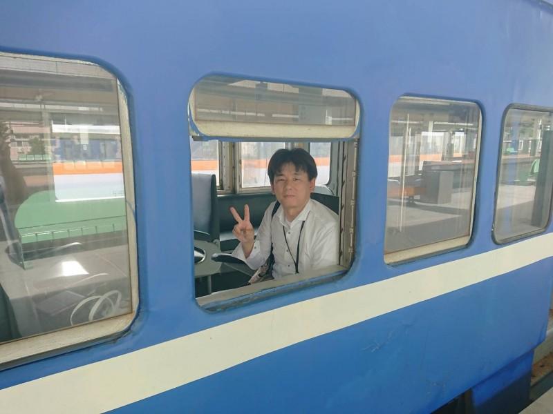 日本鐵道迷藤井英樹到台灣追蒸汽火車,抵達台東站後轉搭3672次藍皮普快,還在列車上開窗戶拍下難得的紀念照。(讀者提供)