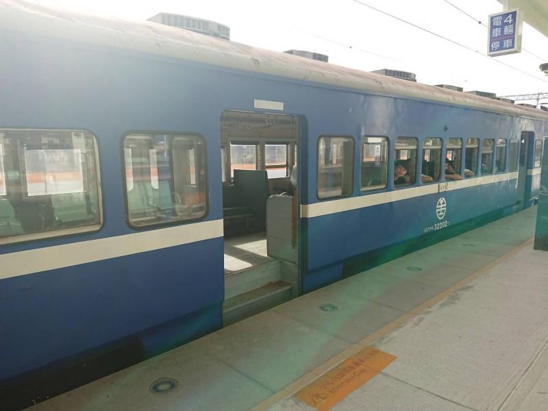日本鐵道迷藤井英樹到台灣追蒸汽火車,抵達台東站後轉搭3672次藍皮普快。(讀者提供)