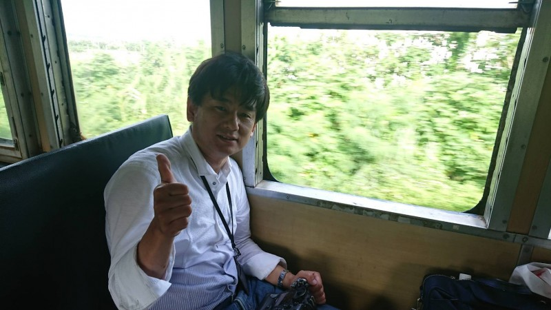 鐵道迷藤井英樹搭乘3672次普快車,從知本到太麻里,開窗吹風看風景,體驗南台灣的熱帶風情。(讀者提供)(