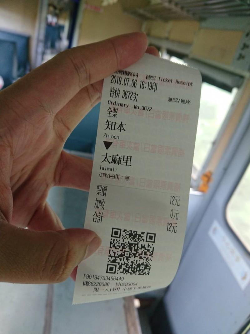 鐵道迷藤井英樹搭乘3672次普快車,從知本到太麻里,開窗吹風看風景,體驗南台灣的熱帶風情。(讀者提供)