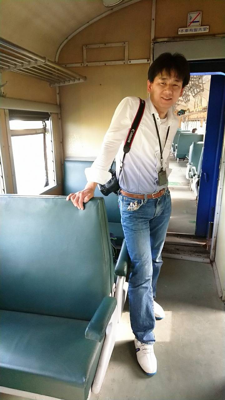 日本藤井英樹搭上沒冷氣的3672次藍皮普快,包括皮椅、列車天花板上的老式旋轉電扇、可以打開的窗戶,都讓他高興地拍個不停,直說好懷舊。(讀者鹿茸提供)