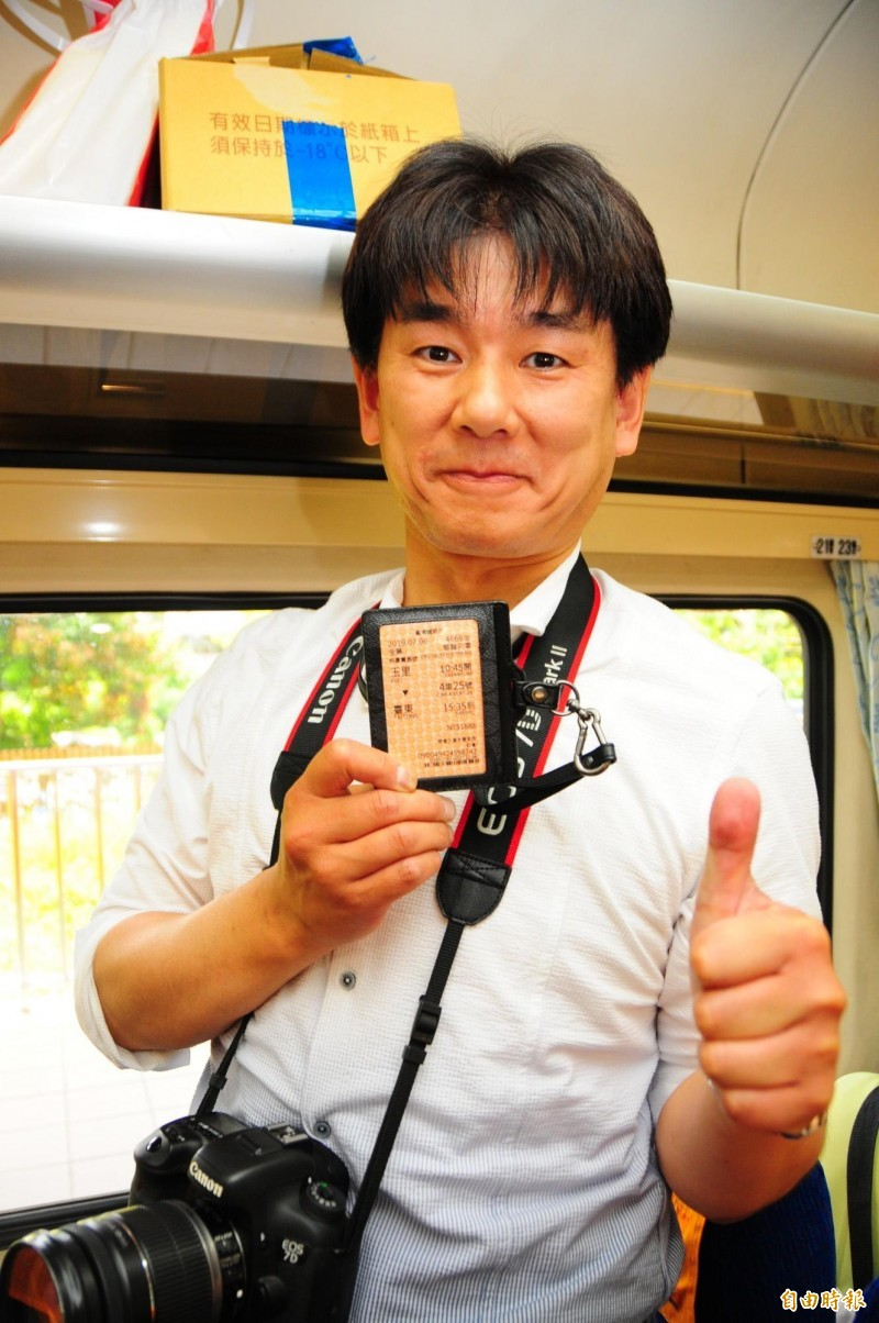 日本鐵道迷藤井英樹拿著仲夏寶島號的車票,在車廂內等待列車開動,顯得非常開心。(記者花孟璟攝)
