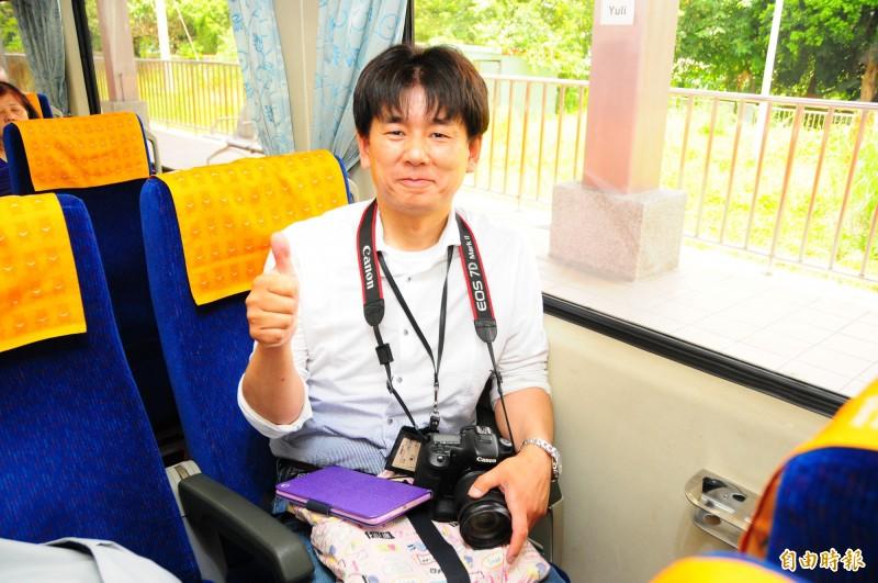 日本鐵道迷藤井英樹背著相機,搭上玉里開車的仲夏寶島號列車,像準備去郊遊的小學生一樣興奮。(記者花孟璟攝)