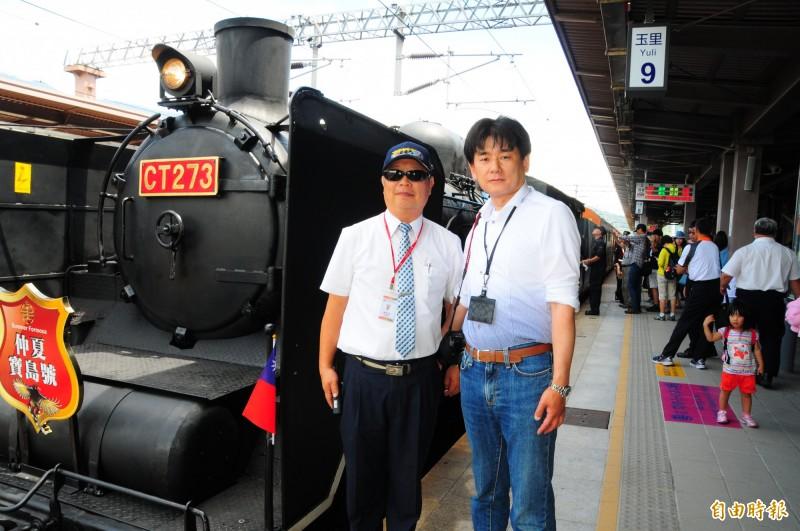 以即將發車的蒸汽機關車CT273「仲夏寶島號」為背景,日本鐵道迷藤井英樹(右),與台鐵花蓮運務段副段長賴東震(左)合影留念。(記者花孟璟攝)