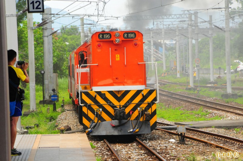 2019仲夏寶島號蒸汽機關車CT273,牽引水煤車、6輛橘皮莒光號客車,後面再加1輛R196柴油機車在後面推拉,防止蒸汽火車發生不夠力的情況。(記者花孟璟攝)