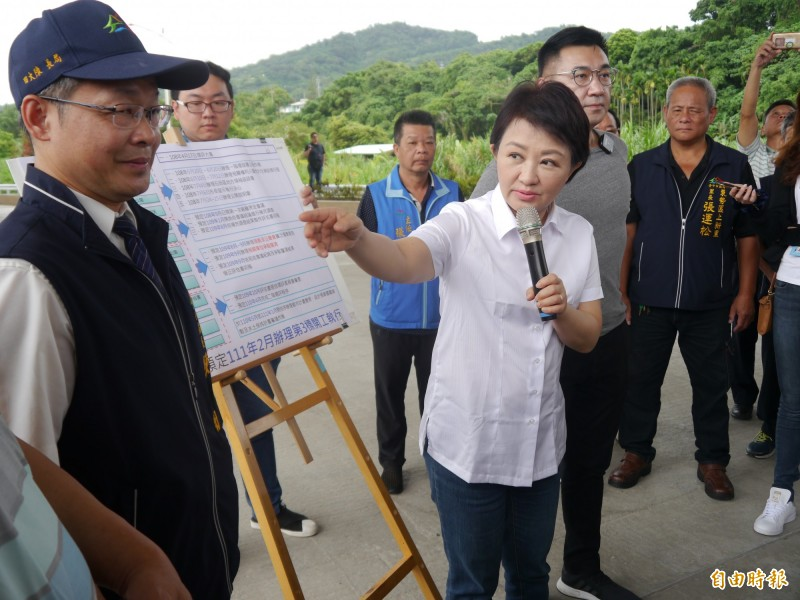 台中市長盧秀燕巡視東豐快速道路已完工路段。(記者張軒哲攝)
