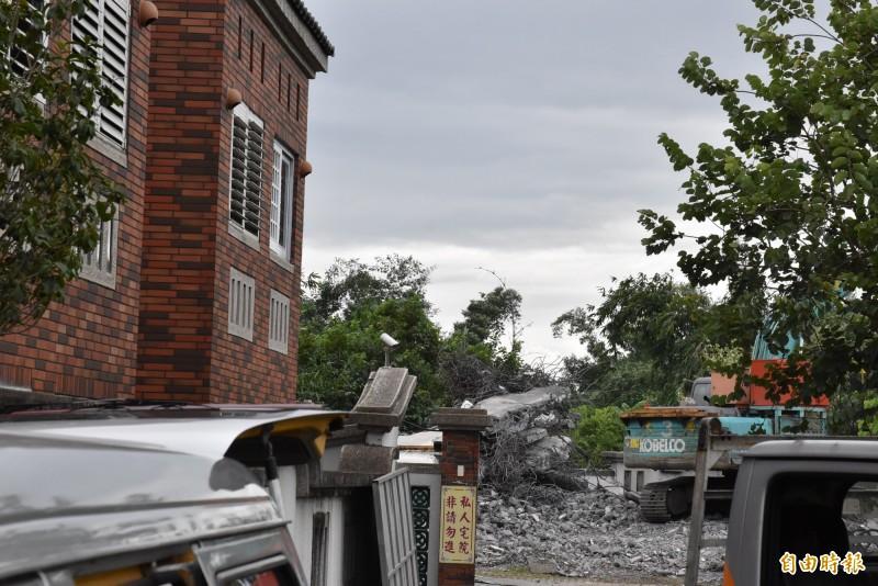 高雄市長韓國瑜夫婦位在雲林古坑豪華農舍,遭爆部分是違建加蓋,今天持續拆除。(記者黃淑莉攝)