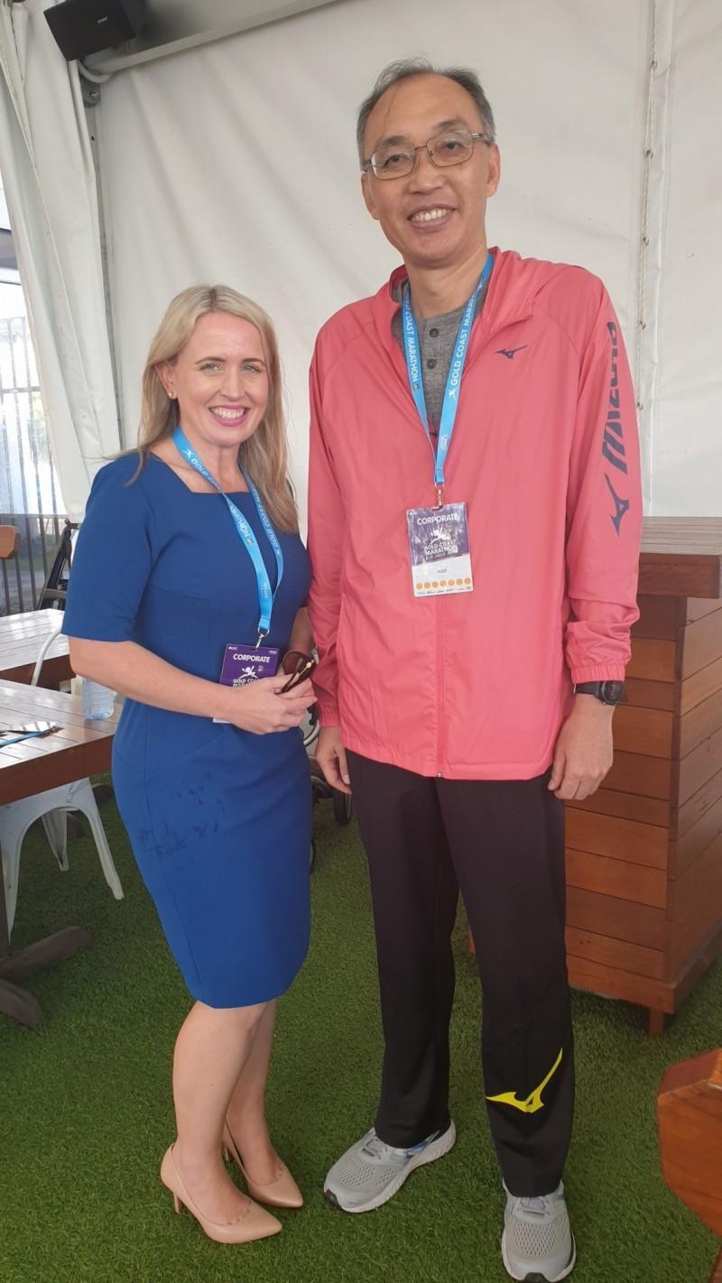賽後謝政達與昆士蘭州政府創新暨旅遊部長Ms. Hon Kate Jones在馬拉松接待處會面。(新北市體育處提供)
