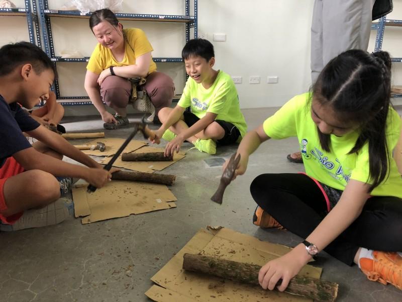 學生們拿鐵槌敲打構樹使之變成一片構樹皮。(記者王俊忠翻攝)