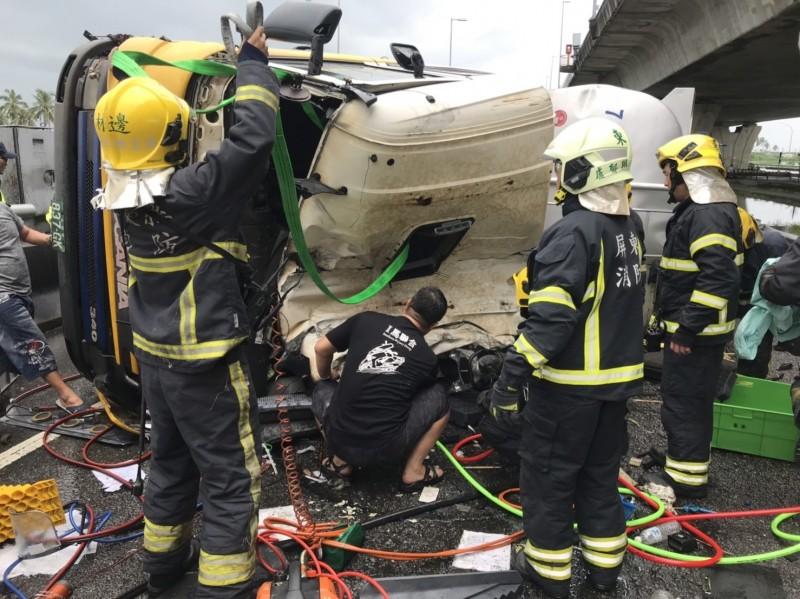 林邊交流道油罐車翻覆消防人員正進行救護。(記者葉永騫翻攝)