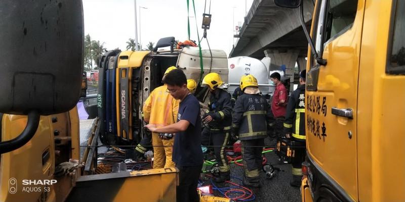 消防救護人員前往現場將受困的司機送醫救治。(記者葉永騫翻攝)