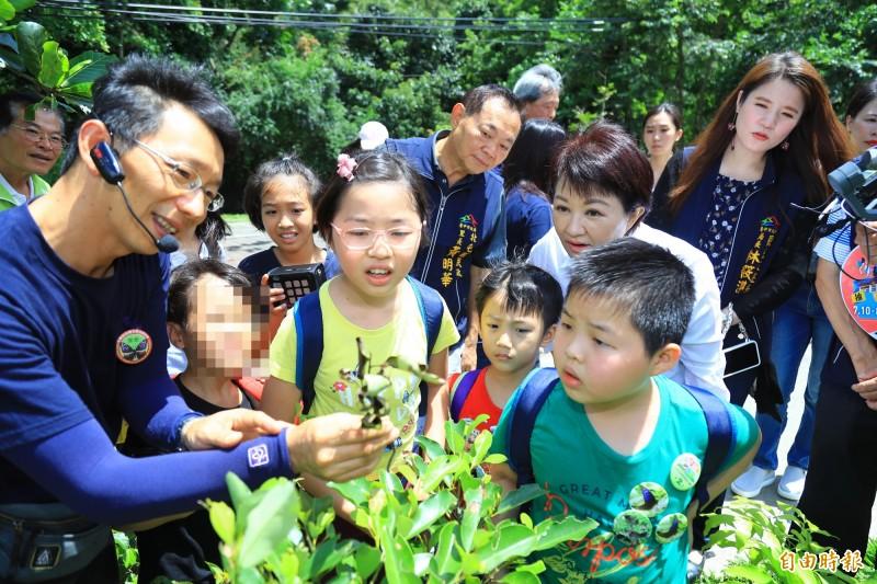 導覽人員介紹蝶類幼蟲,小朋友和市長盧秀燕看得入神。(記者蔡淑媛攝)