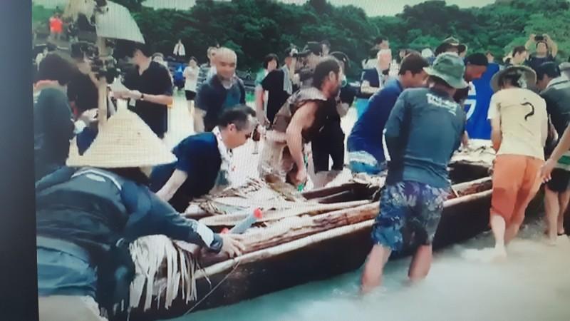 從台灣台東出發的日本獨木舟今天抵達日本與那國島的進港上岸畫面。(圖由史前館提供)