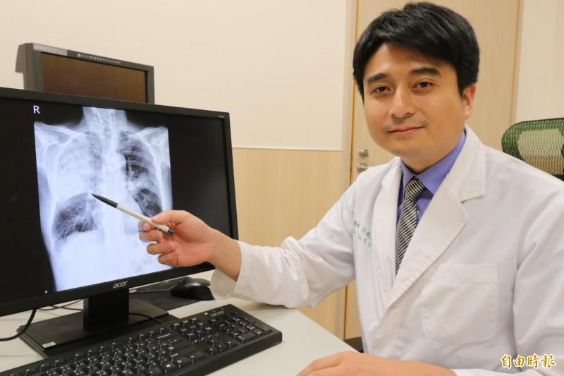亞大醫院胸腔外科醫師呂庭聿表示,該名患者罹患「克雷伯氏肺炎桿菌」,透過胸腔鏡手術進行清創與引流膿瘍順利康復出院。(記者陳建志攝)