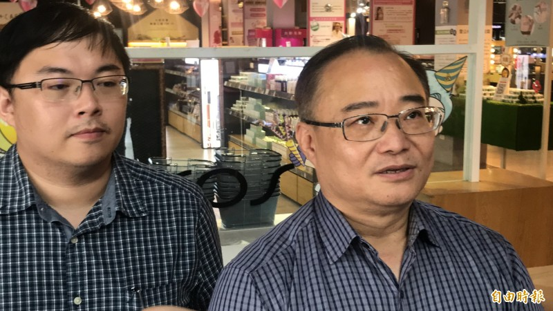 台鉅生技公司董事長陳東亮(右)近午出面說明。(記者萬于甄攝)