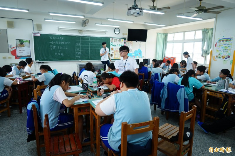 屏科大的師資生到國中與國中生教學相長。(記者陳彥廷攝)