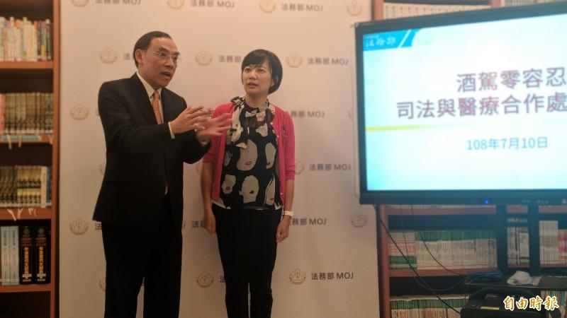 法務部長蔡清祥(左)與戒癮名醫黃名琪(右)交流酒駕治療意見。(記者吳政峰攝)
