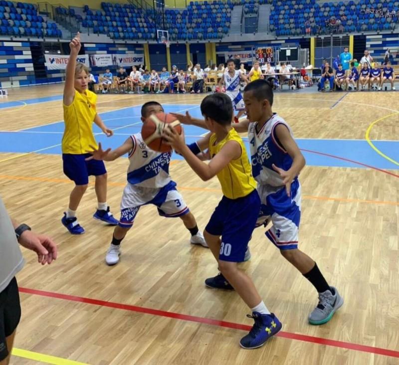 南澳國小男子籃球隊員(藍白相間運動服),比賽時將士用命,如願摘下金盃。(記者江志雄翻攝)