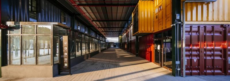 台南轉運站以綠建材及可回收的鋼構、貨櫃作為主體構造,入圍世界建築獎決選。(南市交通局提供)