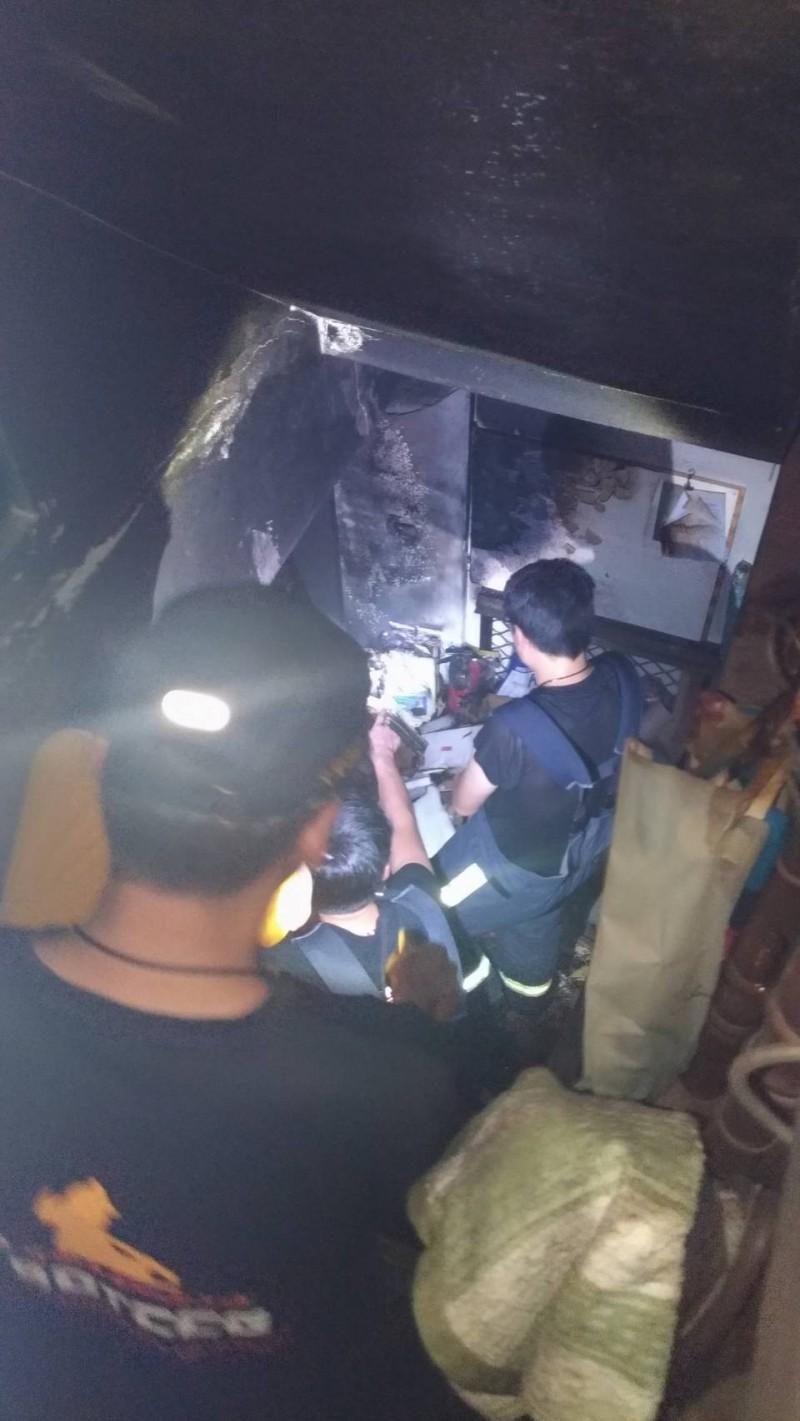 消防員發現地下室除濕機起火。(記者張瑞楨翻攝)