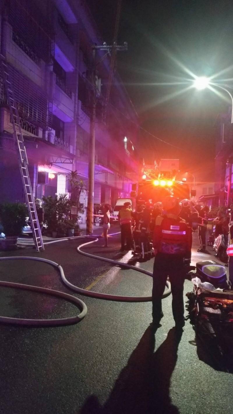 地下室除濕機起火造成的濃煙,導致住戶恐慌。(記者張瑞楨翻攝)