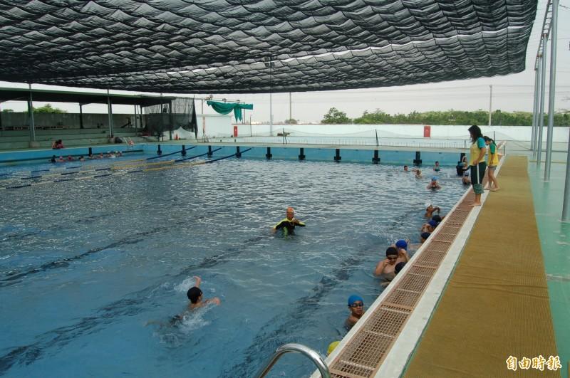 屏東縣政府為迎接明年全中運,斥資7千萬元要把萬丹縣立游泳池更新為符合標準的現代化競賽場地。(記者李立法攝)