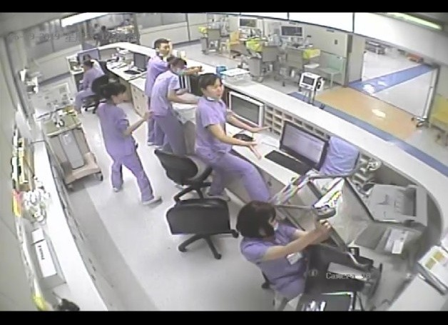 彭姓男子在急診室扛推車砸向護理站,所幸護理師手腳快速,急忙出手阻擋,未造成人員傷亡。(記者張議晨翻攝)