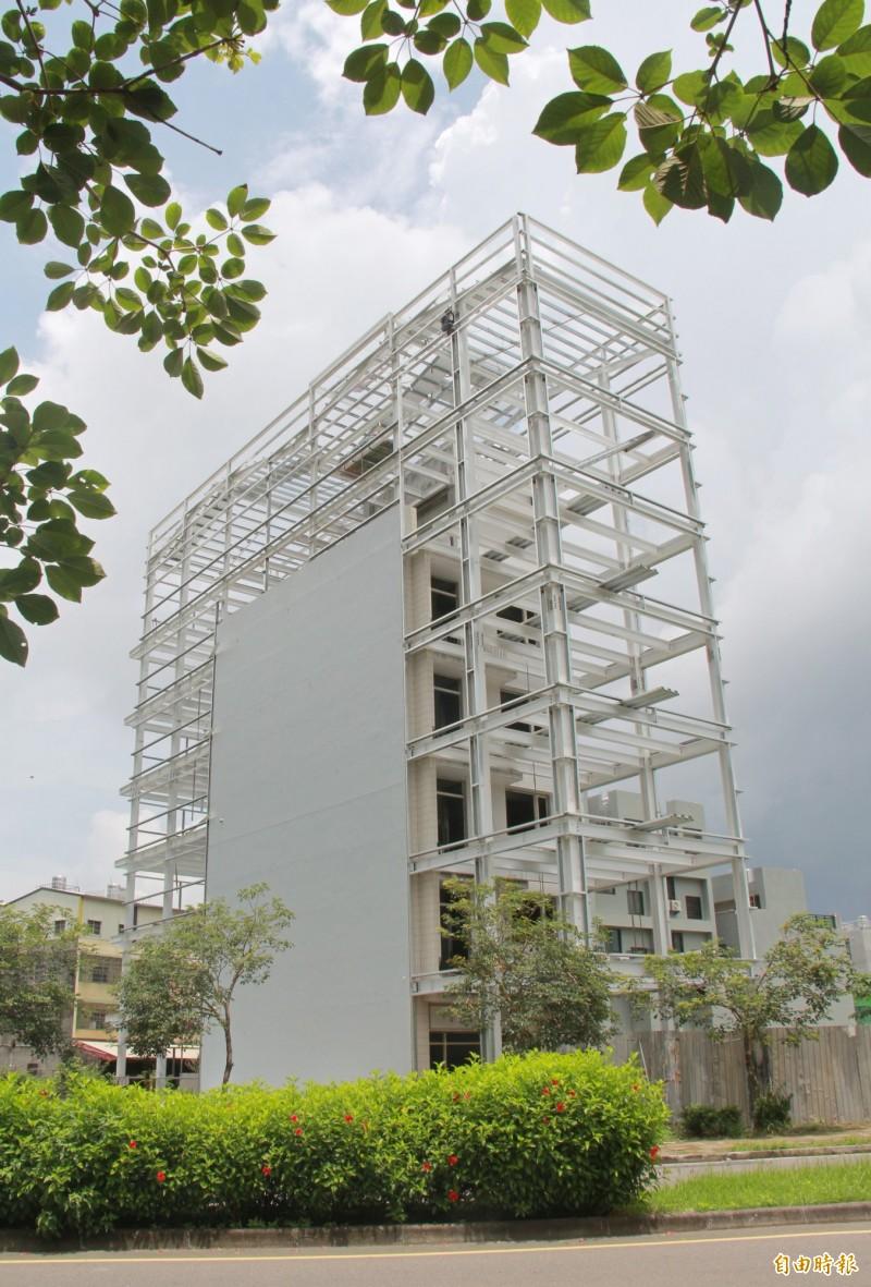 員林市員林大道上蓋有一棟5樓透天厝,近日卻悄悄長大成7樓鋼骨建築。(記者陳冠備攝)