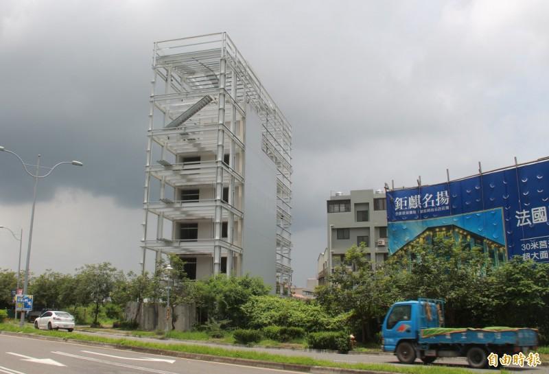 該棟5樓透天厝外觀增建H鋼骨,屋中屋設計讓民眾大呼不可思議。(記者陳冠備攝)