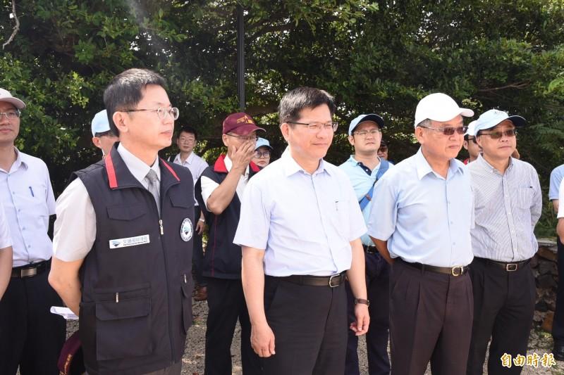 交通部長林佳龍聽取航港局簡報,了解相關馬公港規劃情形。(記者劉禹慶攝)