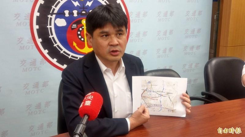 交通部鐵道局副局長楊正君說明高鐵南延案。(記者鄭瑋奇攝)