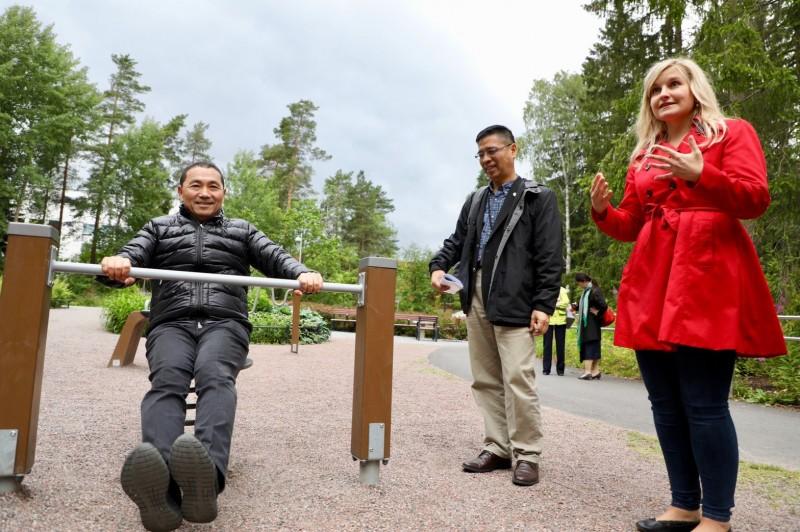新北市長侯友宜(左)赴北歐考察,今天抵達芬蘭,參訪高齡共融式遊具。(新北市政府提供)
