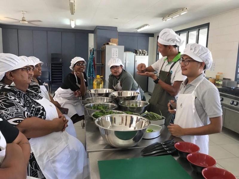 國合會營養技師陳翔齊(右二)在吉里巴斯摩門教高中示範烹飪,參與課程者是學校老師。(陳翔齊提供)