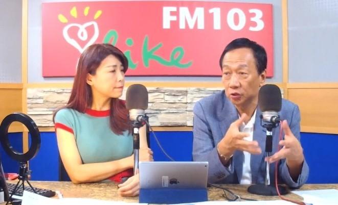 國民黨總統初選參選人郭台銘今日接受廣播節目主持人蘭萱專訪。(翻攝網路直播畫面攝)