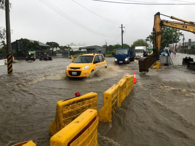 高雄市鳥松區神農路昨天大淹水,現場街道成泥流!(記者蔡清華翻攝)