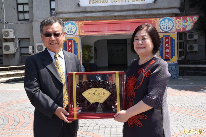 主計處長許金珍屆齡退休,同學縣長賴峰偉頒贈獎牌紀念。(記者劉禹慶攝)