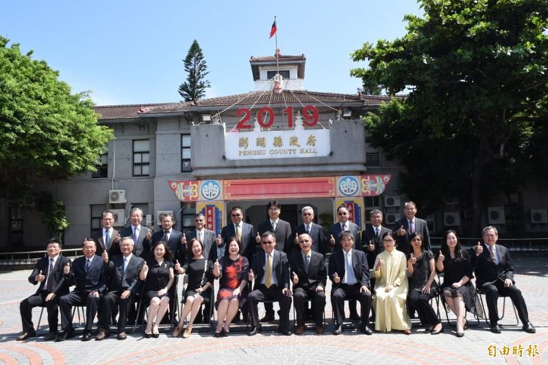 澎湖縣府一級主管歡送退休同事,在縣府廣場拍紀念照。(記者劉禹慶攝)