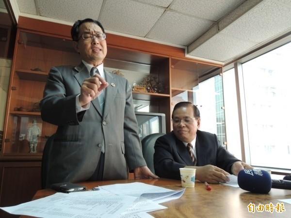 律師洪條根(左)。(資料照)