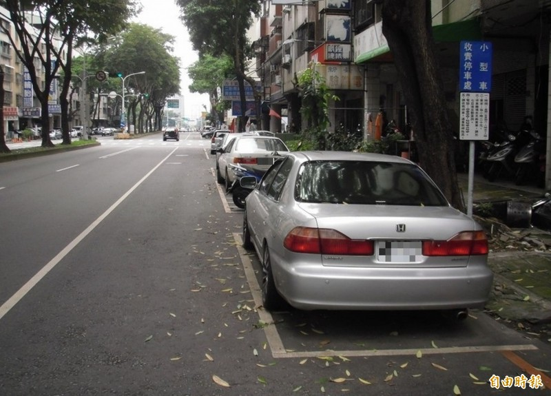 交通局將逐步檢討未收費路段停車供需情形,漸進式納入收費。(記者黃鐘山攝)