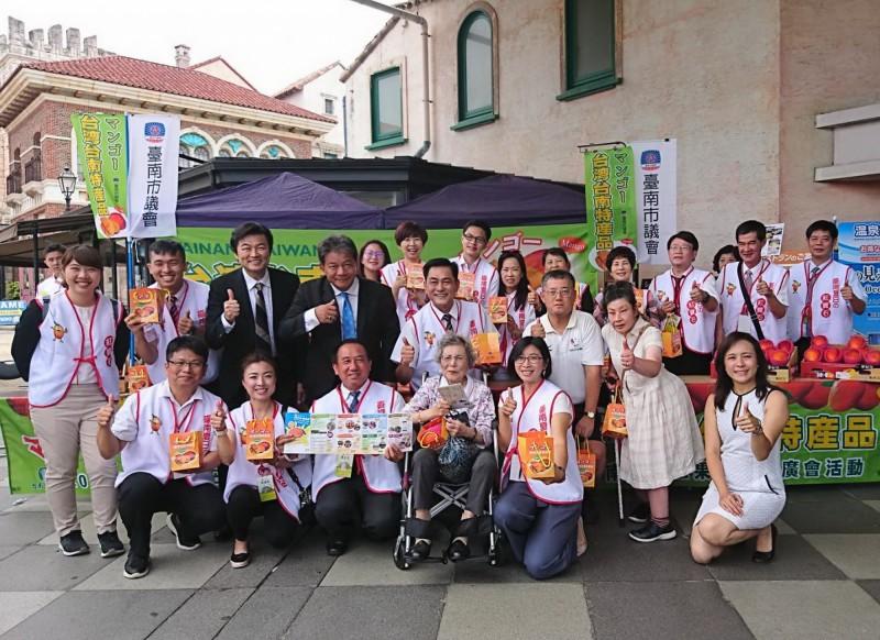 南市議會由議長郭信良率團赴日本推廣台南愛文芒果,大受當地民眾歡迎。(南市議會提供)