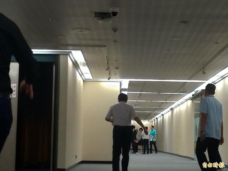被問是否見過郭台銘之子郭守正,台北市長柯文哲狐疑問說,「有嗎?什麼時候?」隨即走入市長室。(記者蔡亞樺攝)