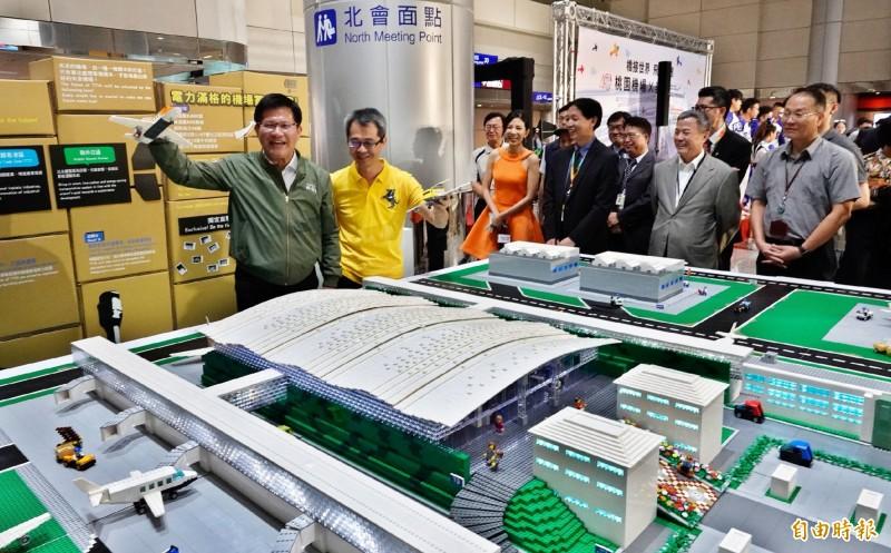 台灣唯一的「樂高認證大師」黃彥智(左二)耗時半年,為桃園機場打造18平方公尺的迷你樂高機場,交通部長林佳龍(左)也參加開幕儀式。(記者姚介修攝)