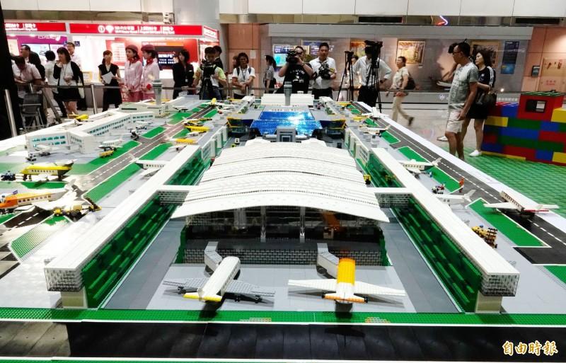 台灣唯一的「樂高認證大師」黃彥智耗時半年,打造了迷你樂高機場。(記者姚介修攝)
