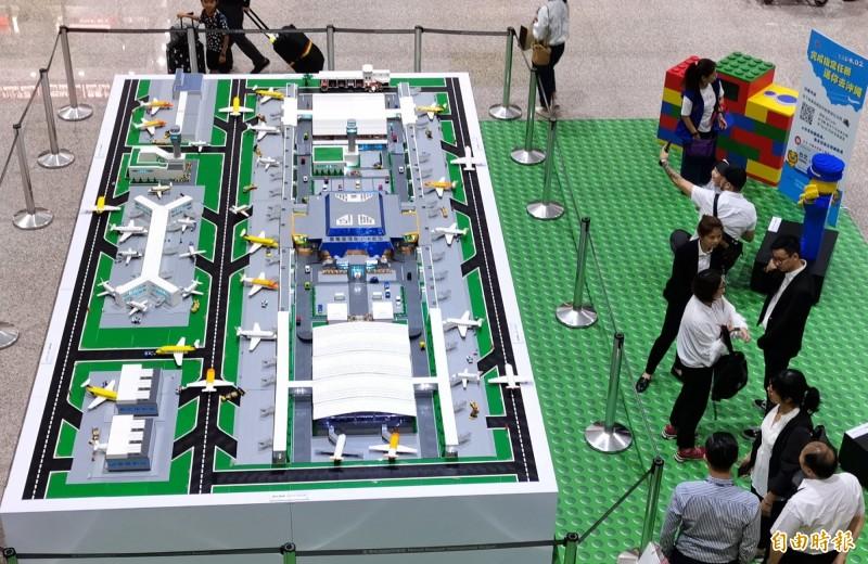 迷你樂高桃園機場在二期航站入境大廳北側展出。(記者姚介修攝)