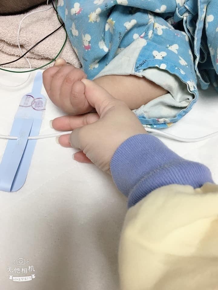 女童嚴重腦傷,經全力救治後現在能握住媽媽的手,轉到普通病房,但醫療與復健之路仍漫長。(記者蔡淑媛翻攝自臉書)