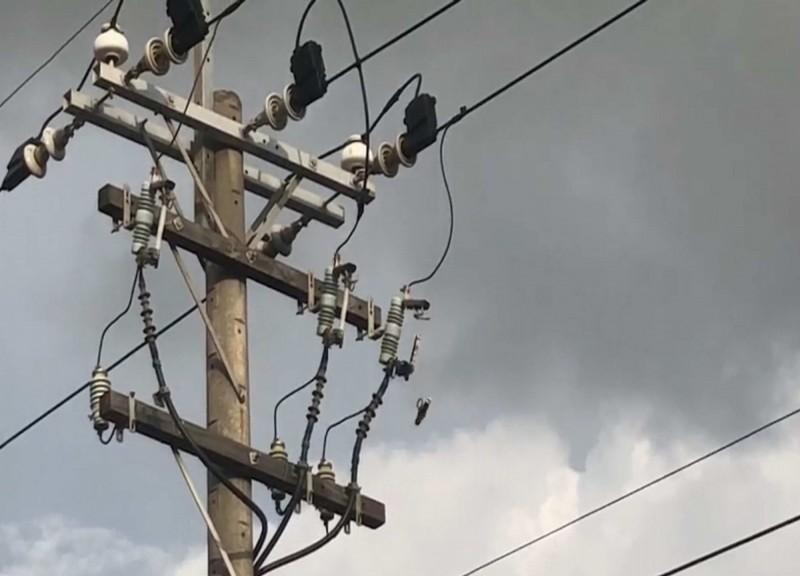 彰化市竹仔腳路一處台電供電設備傍晚突然傳出爆炸聲與冒出火花,最右側的連接處甚至斷裂墜地。(記者湯世名翻攝)