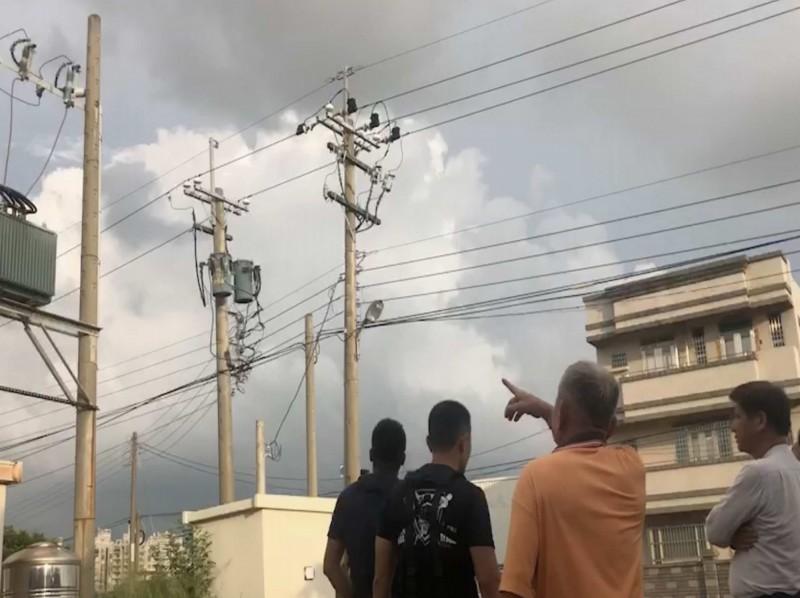 彰化市竹仔腳路一處台電供電設備傍晚突然傳出爆炸聲與冒出火花,嚇壞工廠員工,工廠並宣布夜班停工。(記者湯世名翻攝)